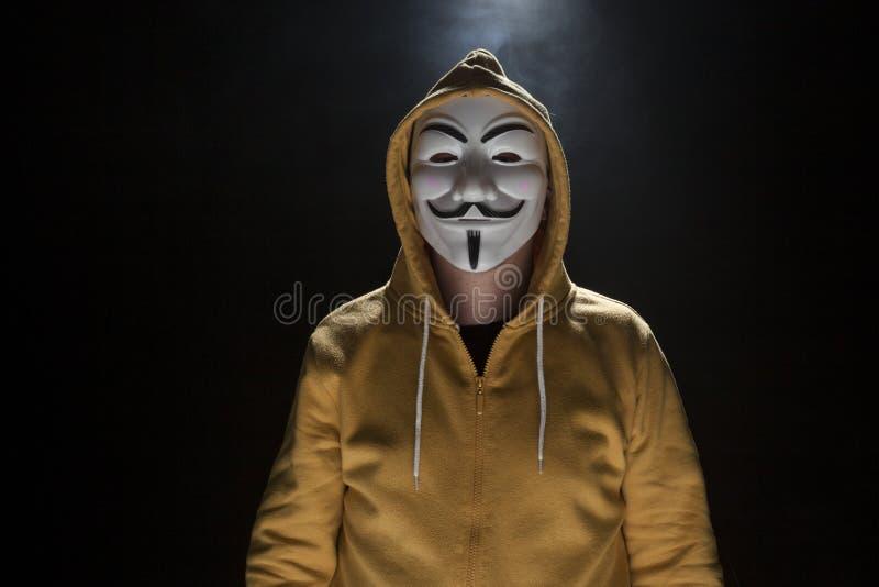 Anonieme activistenhakker met het schot van de maskerstudio stock foto's