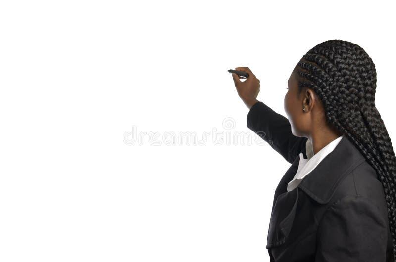 Anonieme Afrikaanse bedrijfsvrouw die in vrije exemplaarruimte schrijven stock afbeelding