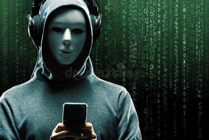 Anonieme computerhakker over abstracte digitale achtergrond Verduisterd donker gezicht in masker en kap Gegevensdief, Internet stock foto's