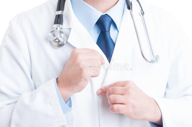 Anonieme dokter of arts die en het aanpassen de kraag van de laboratoriumlaag bevestigen royalty-vrije stock foto