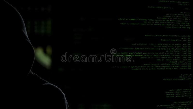 Anonieme donkere mens die op codesachtergrond persoonsgegevens stelen, die malware lanceren royalty-vrije stock foto's
