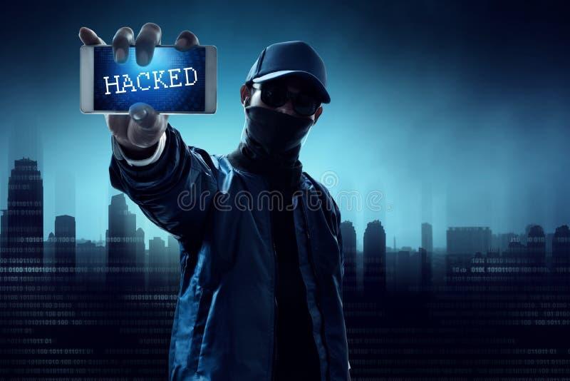 Anonieme hakker die mobiele telefoon houden royalty-vrije stock foto