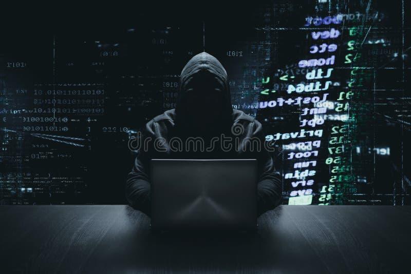 Anonieme hakker met zijn computer cybercrime royalty-vrije stock foto's