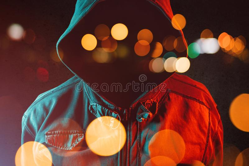 Anonieme hooligan met hoodie in het stedelijke omringen royalty-vrije stock foto