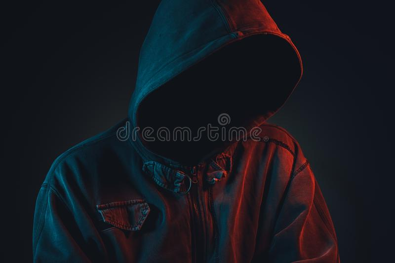 Anonieme hooligan met hoodie in het stedelijke omringen stock afbeeldingen