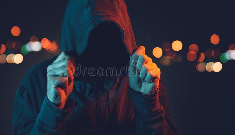 Anonieme hooligan met hoodie in het stedelijke omringen royalty-vrije stock foto's