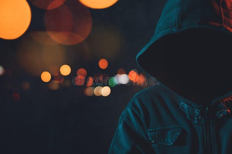 Anonieme hooligan met hoodie in het stedelijke omringen stock afbeelding