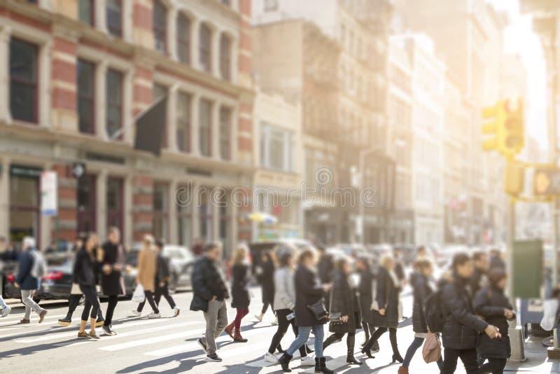 Anonieme menigte van mensen die een bezige kruising in de Stad van New York kruisen royalty-vrije stock fotografie