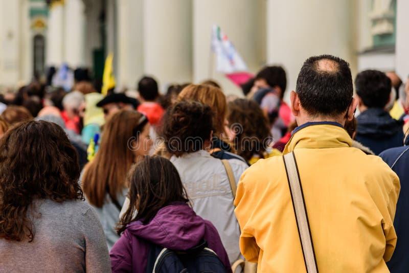Anonieme menigte van mensen die op een bezige straat lopen royalty-vrije stock foto's