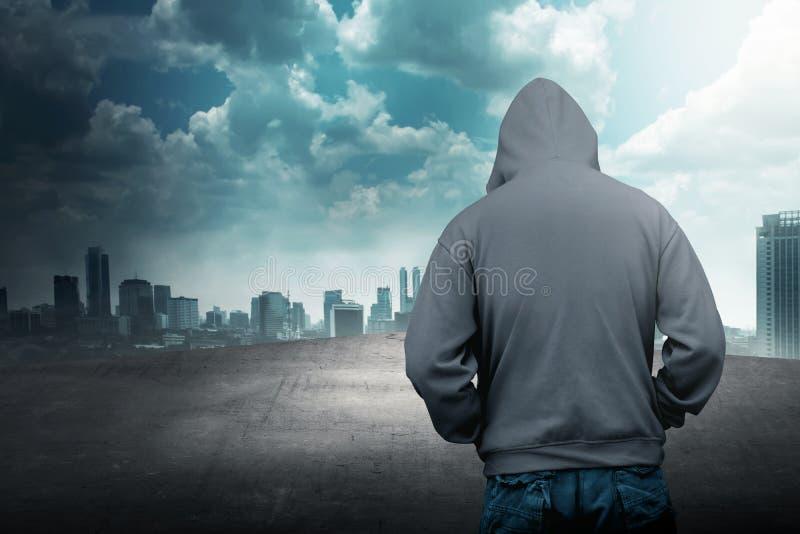 Anonieme mens in kap op het dak stock afbeeldingen