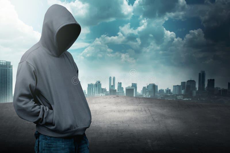 Anonieme mens in kap op het dak royalty-vrije stock afbeelding