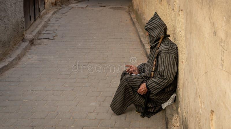 Anonieme slechte bedelaar in de straat van Fez, Marokko stock afbeeldingen