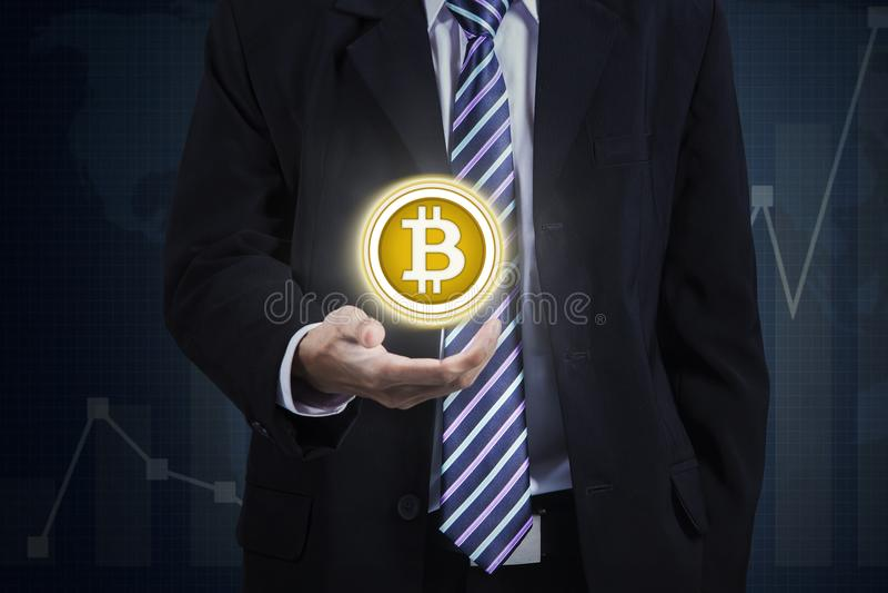 Anonieme zakenman die virtuele bitcoin tonen royalty-vrije stock foto