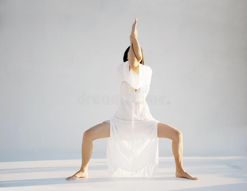 Anonimowa kobieta W joga pozy medytacji obraz royalty free