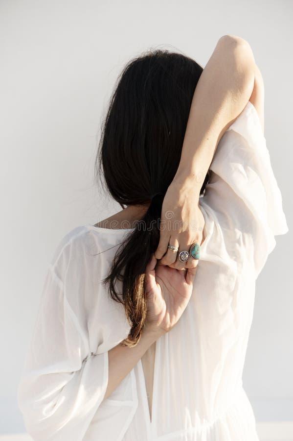 Anonimowa kobieta W joga pozy medytacji obrazy royalty free