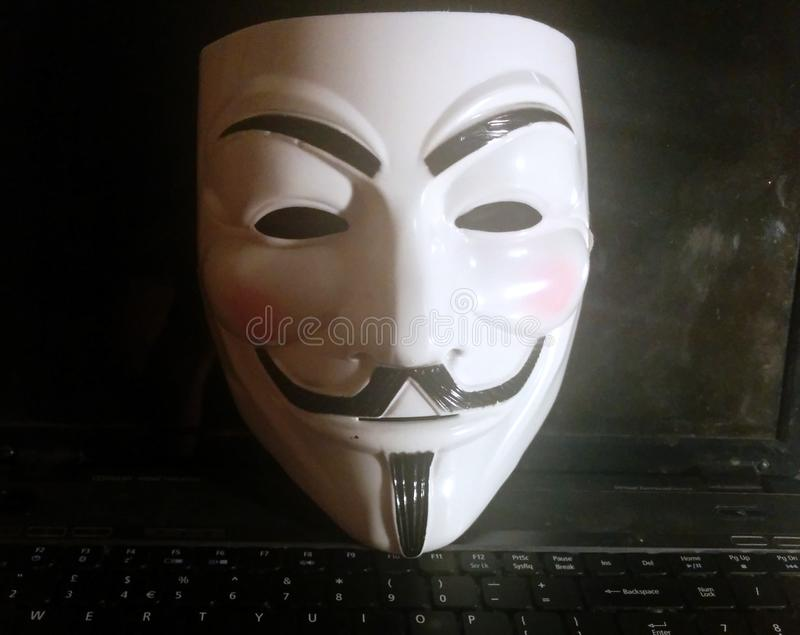 Anonimowa maska na komputerze obrazy stock