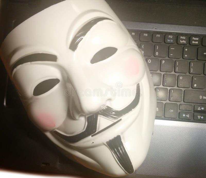 Anonimowa maska na komputerze zdjęcie royalty free