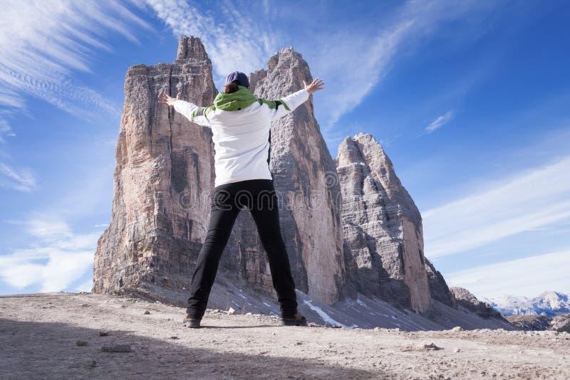 Anonimowy żeński wycieczkowicz przed piękną halną scenerią szczyty trzy dolomity Włochy fotografia royalty free