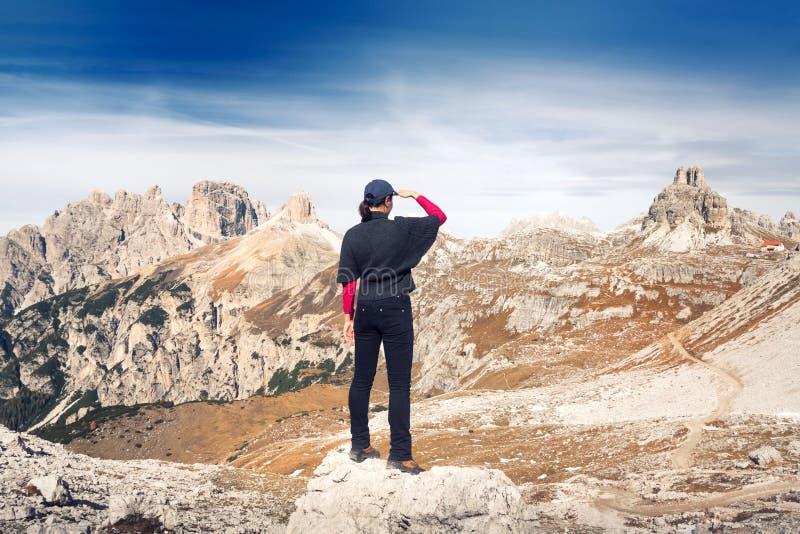 Anonimowy żeński wycieczkowicz przed piękną halną scenerią szczyty trzy dolomity Włochy obrazy royalty free