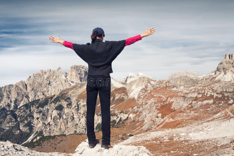 Anonimowy żeński wycieczkowicz przed piękną halną scenerią szczyty trzy dolomity Włochy obraz stock