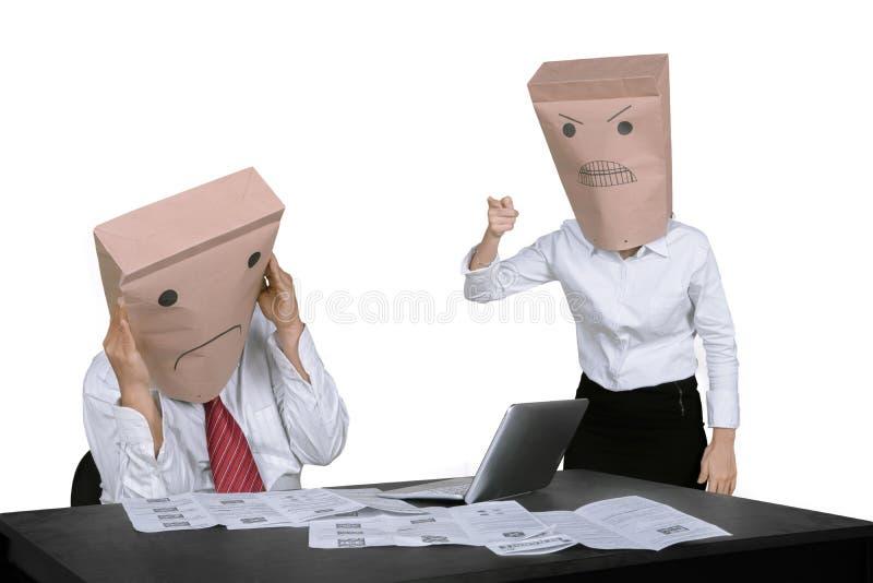Anonimowy bizneswoman łaja jej pracownika fotografia stock