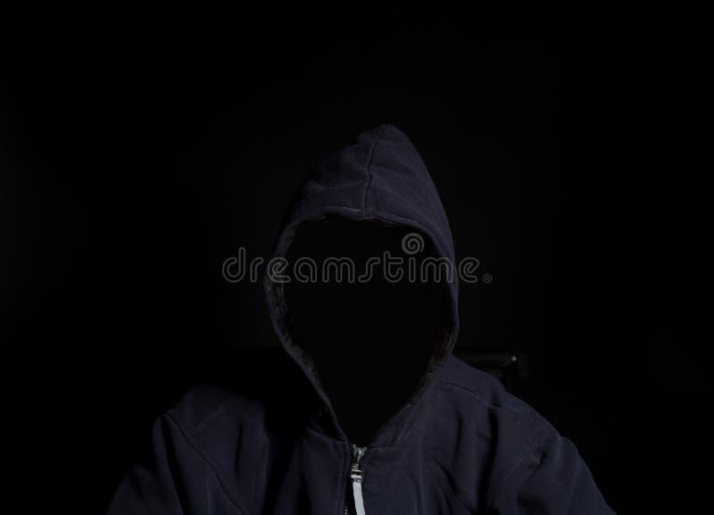 Anonym brottslig man i huv arkivbilder