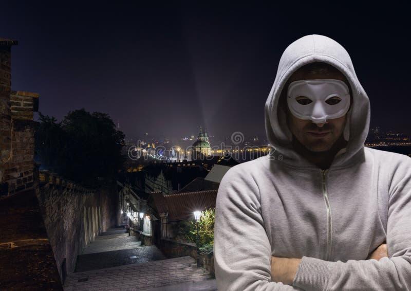 Anonym brottsling i huv på gatan royaltyfri fotografi
