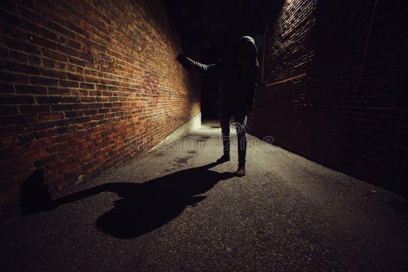 Anonym galningman som slåss på den mörka nattgatan Röveribegrepp själv-försvar begrepp royaltyfri bild
