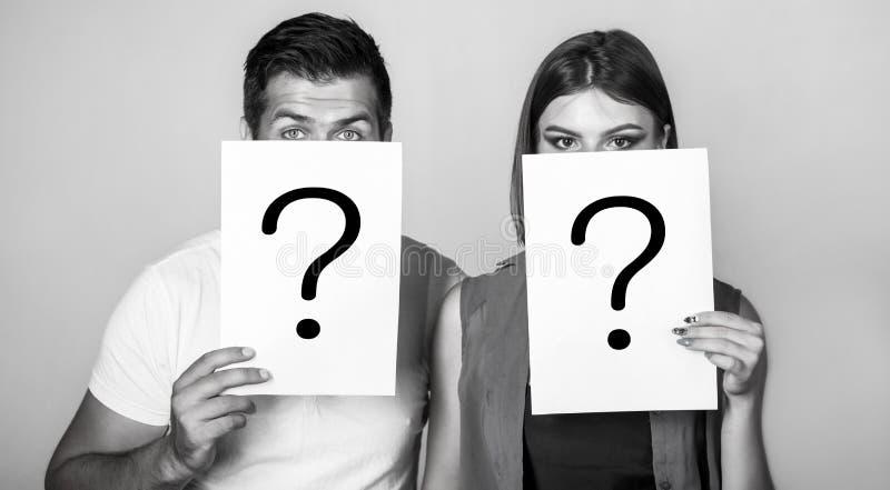 Anonym, man- och kvinnafr?ga Problem och l?sningar F? svar St?ende av par som rymmer pappersfr?ga royaltyfri bild