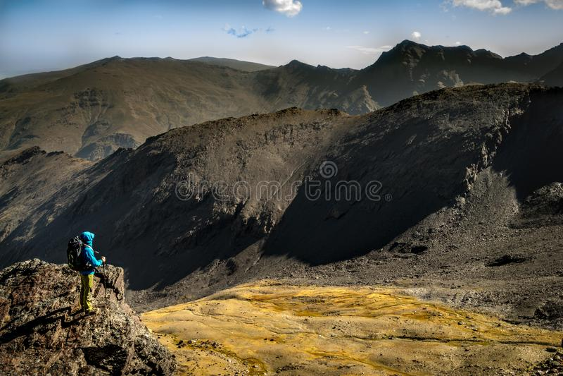 Anonyme touristische bewundern Ansicht von Bergen stockfotos