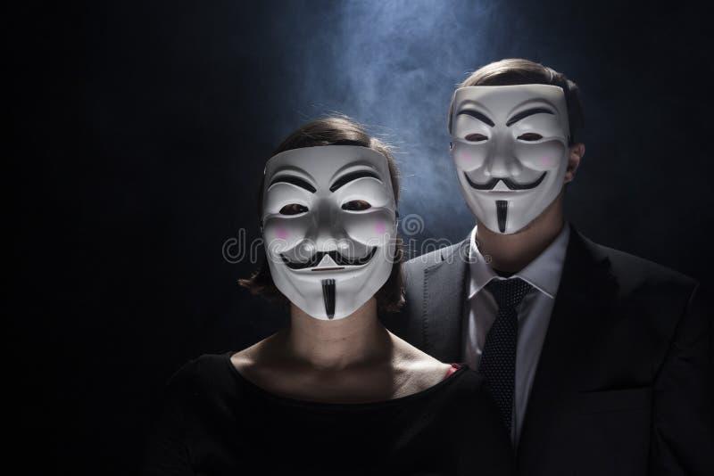 Anonymer Aktivistenhacker mit Maskenatelieraufnahme lizenzfreie stockbilder