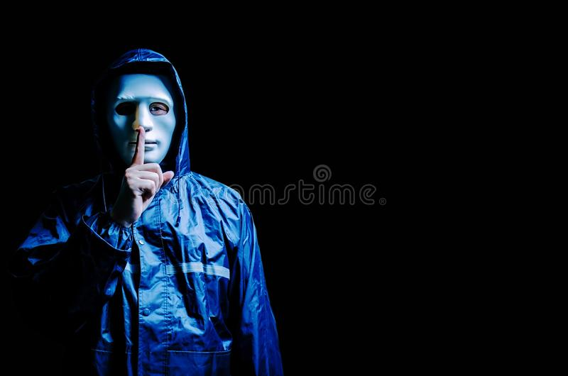 Anonymer Computerhacker in der weißen Maske und im Hoodie Undeutlich gemachtes dunkles machendes Gesicht, Geste zum Schweigen zu  stockfotos