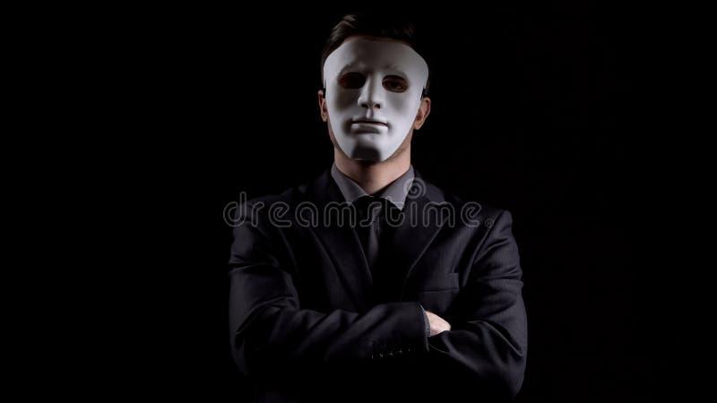 Anonymer Mann in faltenden Händen des Anzugs, Maskierungspersönlichkeit, versteckendes Einkommen lizenzfreie stockfotografie