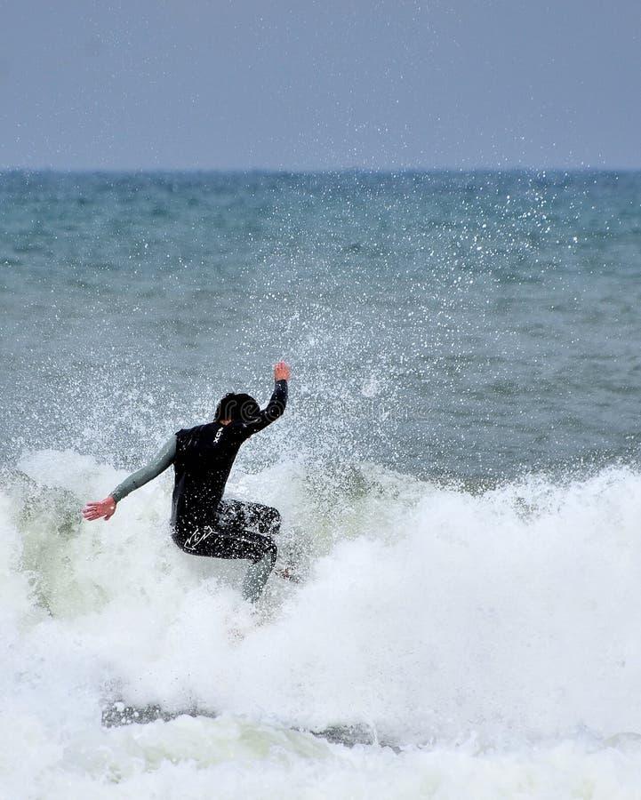 Anonymer Surfer kämpft stürmisches Mittelmeer stockfotos