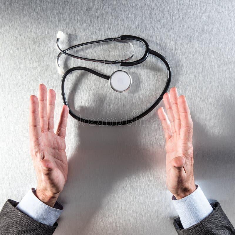 Anonymer Unternehmensmann oder Doktor übergibt das Zeigen des Stethoskops für Gesundheit stockfotos