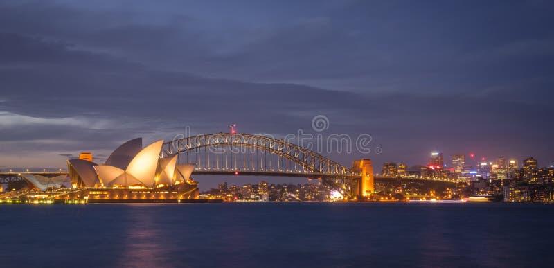 Anoramic-Ansicht von Sydney-Stadtbild an der Dämmerung über Hafen von der Ansicht des botanischen Gartens stockbilder