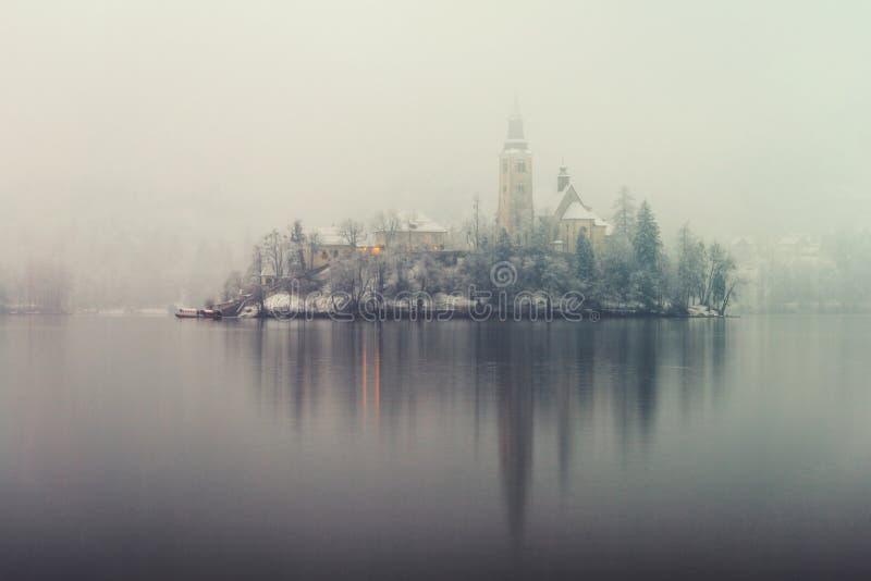 Anoramic sikt av Bled sjön i morgonen, Slovenien arkivfoto