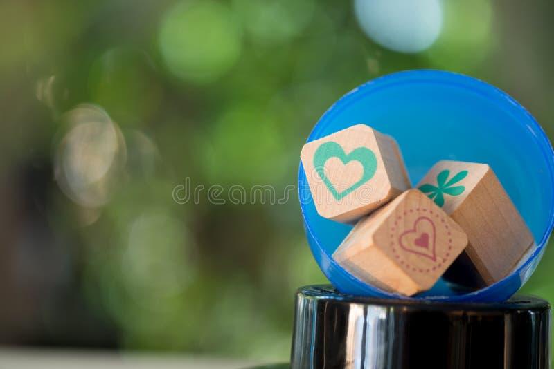 Anordnen von Holzblockstapeln mit Ikone Herzmedizin stockbilder