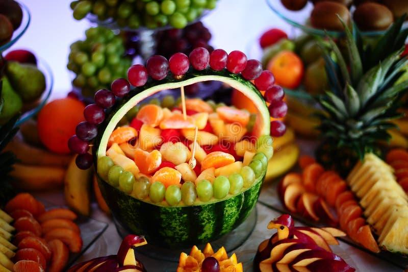 Anordnung der frischen Frucht mit Wassermelone und Trauben stockbild