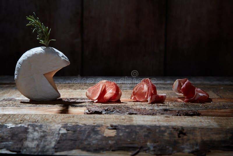 Anordnung für Feinschmecker sortierte Aperitifs des Käses und des Prosciutto auf Holzoberfläche stockfoto