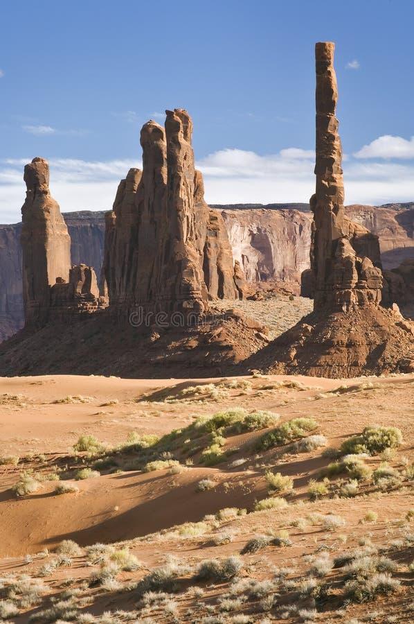 Anordnungen des Totems Pole und Yei Bei Chei, Denkmal-Tal, Arizona lizenzfreie stockfotos