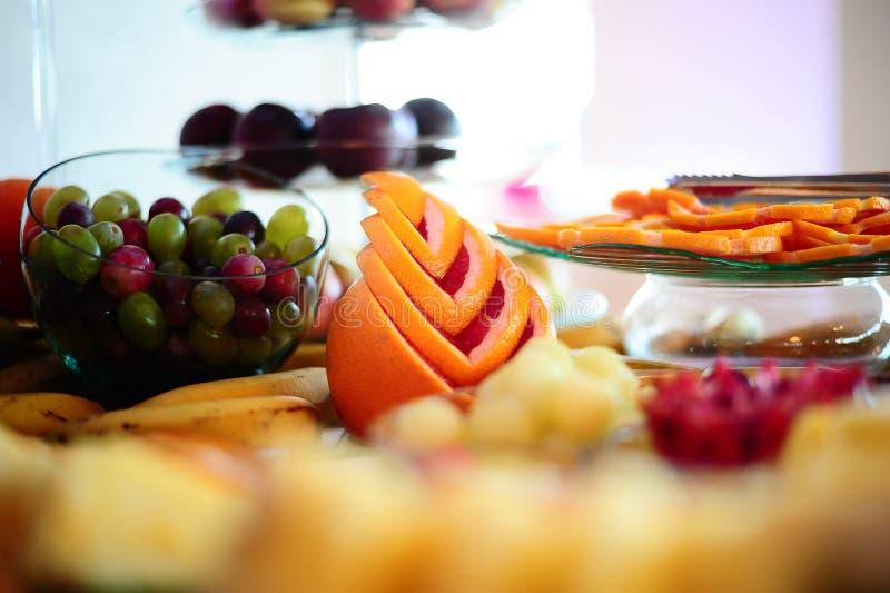 Anordnungstrauben- und -pampelmusenfrüchte lizenzfreie stockfotografie