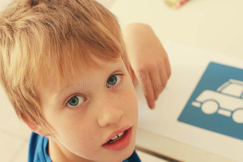 6 anos bonitos do menino idoso imagens de stock