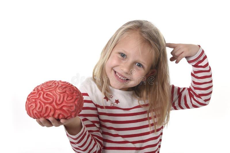 Anos bonitos novos do jogo velho da menina 6 a 8 com o cérebro de borracha que tem o divertimento que aprende o conceito da ciênc imagem de stock