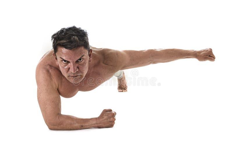 40 a 45 anos de homem atrativo idoso do ajuste que faz o exercício abdominal da prancha que treina a rotina dura da aptidão imagens de stock