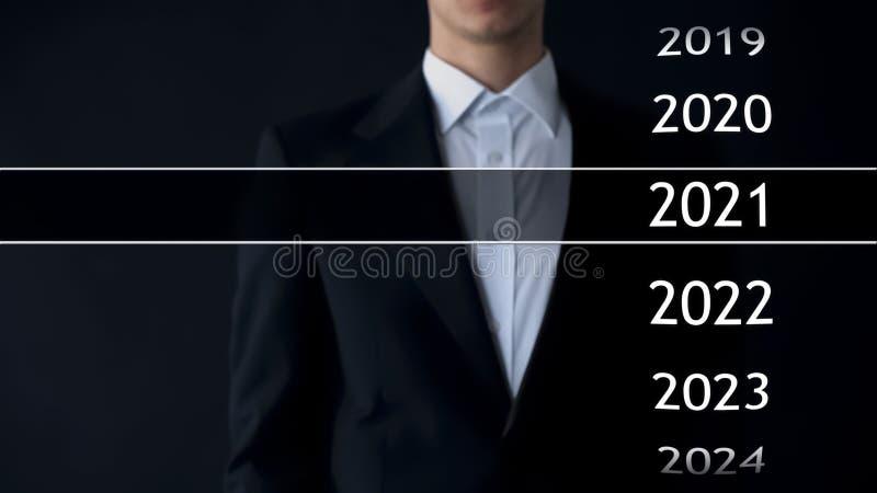 2021 anos no arquivo virtual, homem de negócios na coleção do fundo das estatísticas fotografia de stock