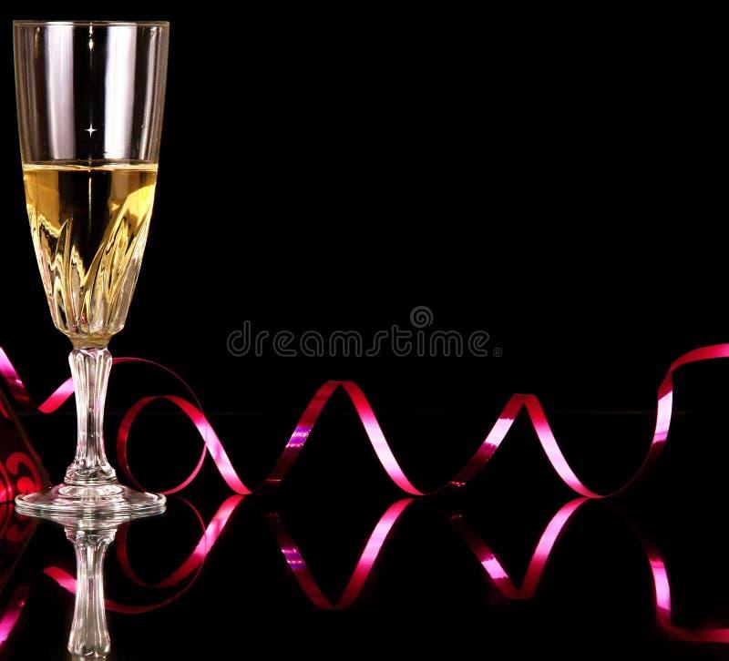 Anos novos da celebração da véspera com vidro do champanhe e do chapéu do partido foto de stock