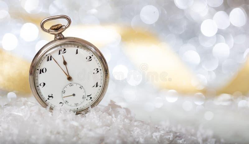 Anos novos da contagem regressiva da véspera Minutos à meia-noite em um relógio velho, bokeh festivo foto de stock