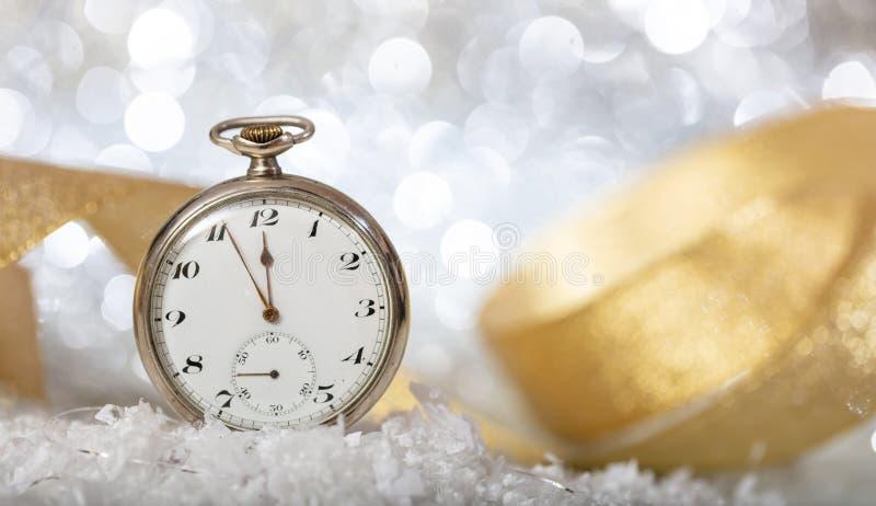 Anos novos da contagem regressiva da véspera Minutos à meia-noite em um relógio velho, bokeh festivo imagens de stock