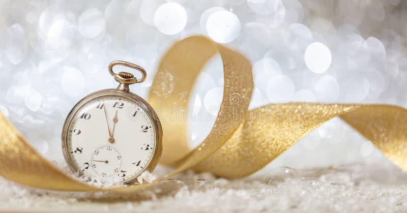 Anos novos da contagem regressiva da véspera Minutos à meia-noite em um relógio velho, fundo festivo do bokeh fotografia de stock